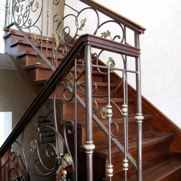 Кованая лестница в доме с деревянными ступенями г. Электросталь
