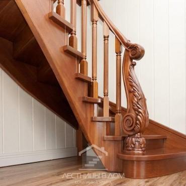 Деревянная лестница с резным столбом из дуба, г. Ногинск