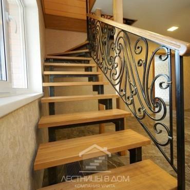 Лестница на металлических косоурах с коваными перилами, г. Электроугли