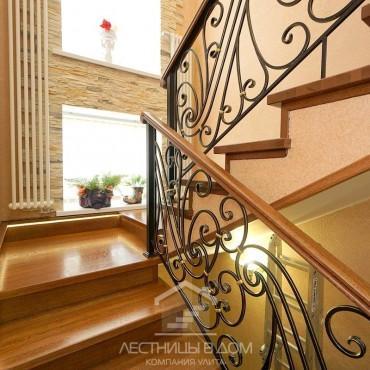Дубовая лестница с кованым ограждением и подсветкой г. Ногинск