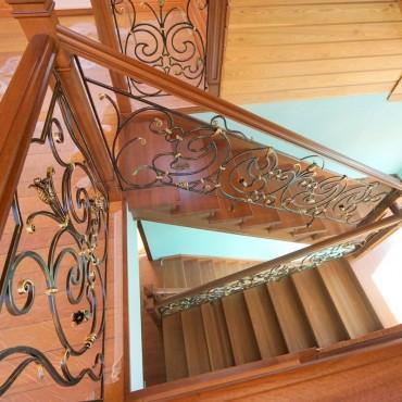 Обшивка бетонной лестницы дубом с кованым ограждением г. Ногинск